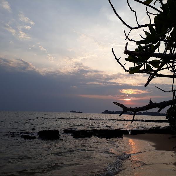 Bãi biển Vũng Bầu lúc hoàng hôn